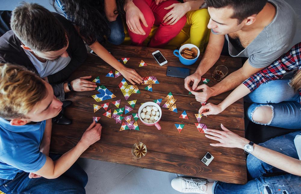 Veselo druženje s prijatelji med družabnimi igrami